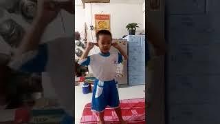 Một em bé múa hát rất hay