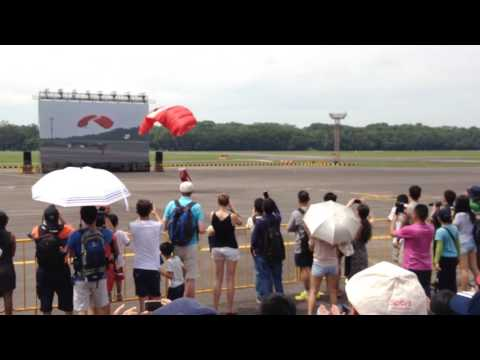 Republic of Singapore Air Force Open House 2016: Singapore Red Lions Freefall Routine