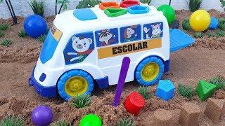 Chơi Với Xe Buýt Đồ Chơi Trẻ Em Trên Cát | Toy Cars For Kids