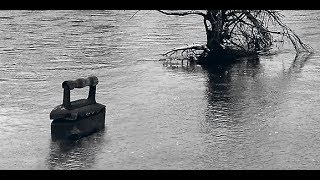 По реке плывет утюг.