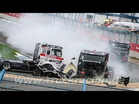 Аварии грузовиков на авто гонках. Гонки на грузовиках (Подборка аварий на грузовиках)