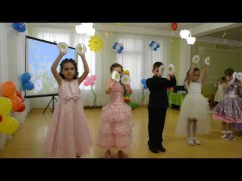Трогательный танец с цветами для родителей Выпускной бал в детском саду