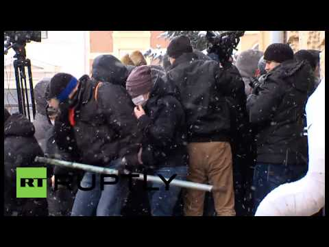 Ukraine: Protesters smash and storm Chernovsty government building