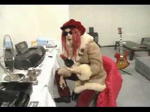 Hide of X Japan receiving alcohol. Video