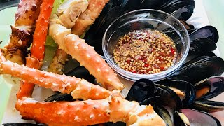 Ăn CUA HOÀNG ĐẾ VÀ CHEM CHÉP CHẤM MUỐI ỚT CỰC CAY ( EATING KING CRAB LEG - MUSSELS MUKBANG)