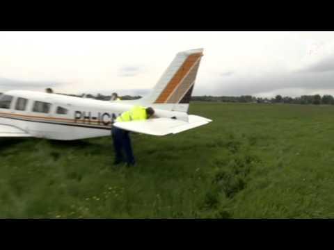 Sportvliegtuigje maakt noodlanding in weiland