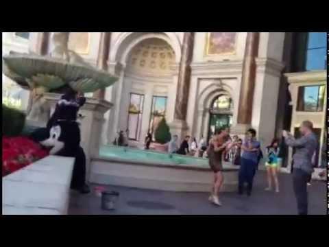 Turistas - Cae mientras se hace una foto