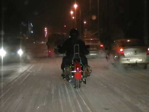 Зимой на одиночном мотоцикле Харли Дэвидсон