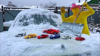 Yellow Man found A LOT OF Toy Cars Lamborghini & Ferrari under Snow w/ Nissan Cedric for Kids
