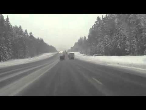 24.02.2012 Auto Unfall in Russland – Auto bricht wie Glas ( Nissan )