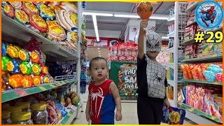 Anh em NGƯỜI NHỆN NHÍ đi siêu thị mua kẹo mút khổng lồ ♥ Video siêu nhân Người Nhện tập 29