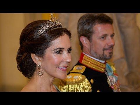Se med når gæsterne og den kongelige familie ankommer til gallamiddag