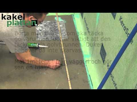 Våtrumsduk / tätskikt på golvet över golvbrunnen. Se mer på www.kakelplattan.se