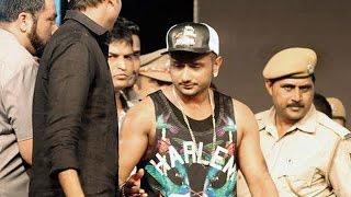 Yo Yo Honey Singhs Interrogation session turns into a PHOTOSHOOT