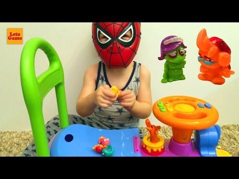 Маленький Мальчик Человек Паук Распаковывает Игрушки Zomlings - Little Boy Spider-Man Unpacking Toys