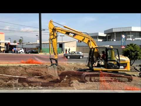 dos excavadoras trabajando en equipo