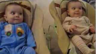 2 em bé sinh đôi khóc nhè khi nghe bố hát ru