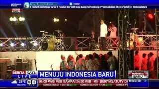 Naik ke Panggung, Jokowi Berikan Salam 3 Jari
