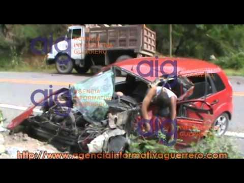 Muere joven prensado en accidente automovilístico