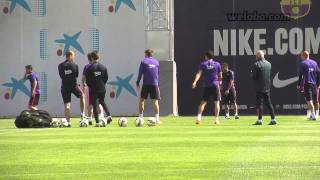FC Barcelona squad making fun of Piqué in the rondo/ www.weloba.com