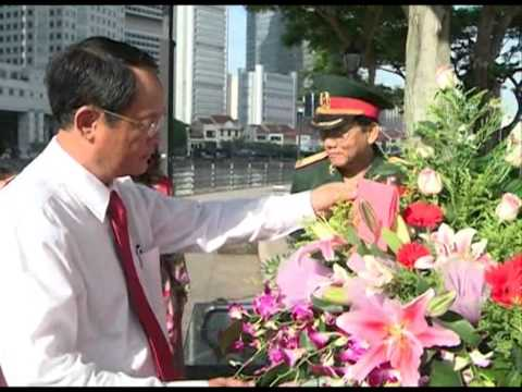 Laying wreaths at Ho Chi Minh Statue in Singapore