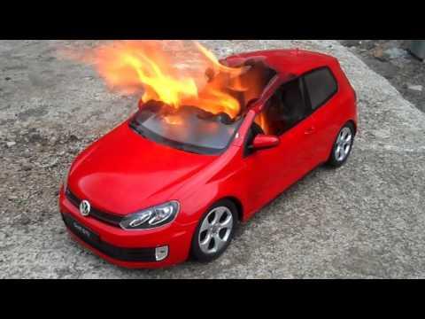 toy car fire volkswagen golf gti 6 quemando coche de juguete carro de brinquedo em chamas