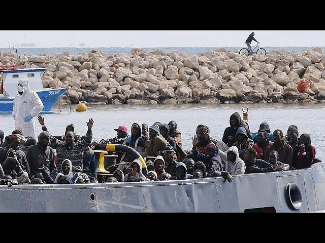 Italy: Coastguard moves to rescue at least 1,000 boat migrants