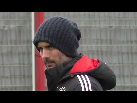 Pep Guardiola looking angry as Arjen Robben is fooling around - FC Bayern Munich