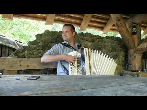 Ein Verträumter Harmonika spieler zuhause im Garten