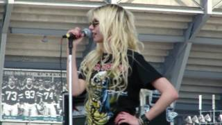"""Taylor Momsen about to throw up on stage ! ! """"Since You're Gone"""""""