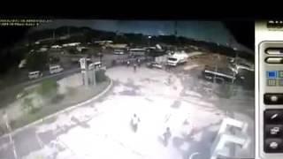 beredar cctv kejadian Truk Aspal Curah Tabrak Pengatur Jalan di Gerbang JLS Ciwandan