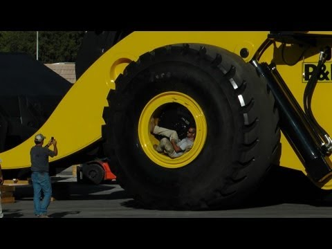 Biggest wheel loader in the world 70 yard super high lift LeTourneau L2350