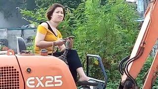 Bé xem chị công nhân lái máy xúc múc cát lên xe công nông ba bánh 👰Nhạc thiếu nhi