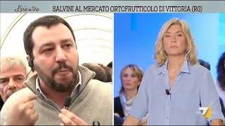 """Salvini prende il microfono e s'improvvisa 'inviato speciale': """"mungere una vacca è un diritto"""""""