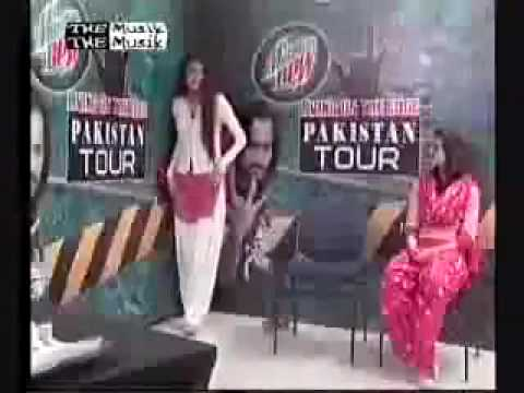 daring dirl in pakistan at waqar zaka show.flv