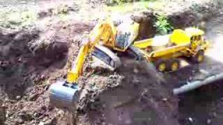 FANTASTIC RC EXCAVATOR! HEAVY STONE LOADON THE  BIG RC DUMP TRUCK! RC LIVE ACTION TOYS1