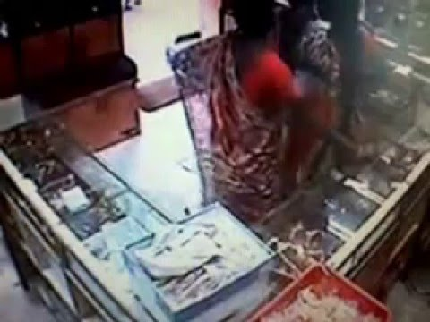 Female Thief in Jewelry Store Caught on Camera in India