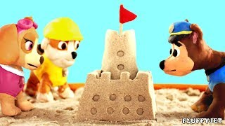 Playing in the Sand. Making a sandcastle from sand. (Cartoon video for kids)