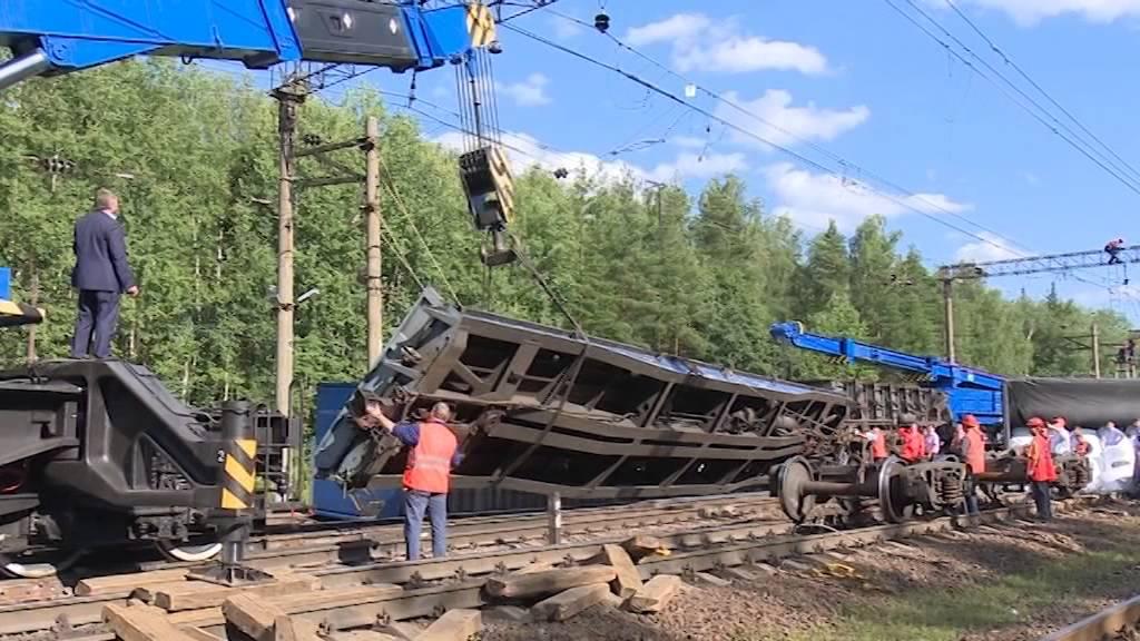 Грузовой поезд сошел с рельсов в Подмосковье