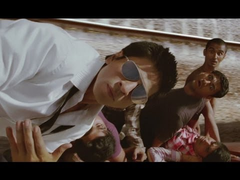 G One's Mind-blowing Stunt In Running Train - Ra One video