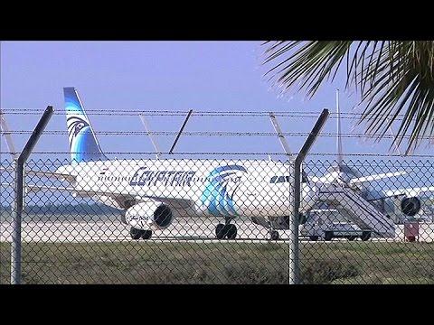 Secuestran un avion de Egypt Air en pleno vuelo y lo desvían a Chipre