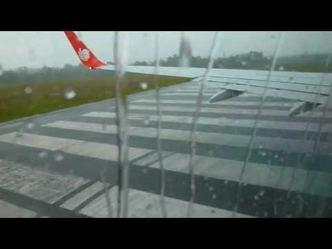 Malindo Air 737-900ER Take Off in Heavy Rain Kuching Airport OD1607 9M-LNG 24/3/13