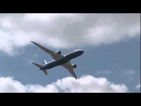 Boeing's 787-9 Dreamliner dazzles over Farnborough Airshow 2014