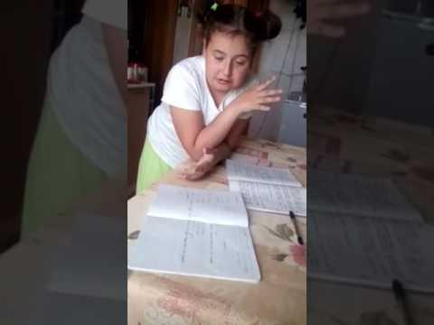 Девочка делает уроки