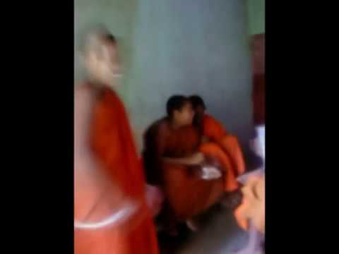 Funniest Sri Lankan budhhist monks singing a love song. Katta kala dagaththa kella yalu