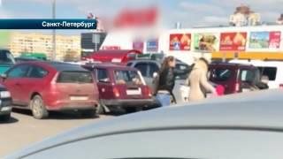 Дамы устроили бои без правил на парковке в Петербурге