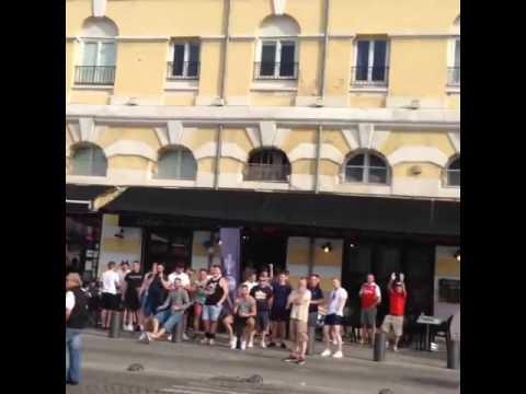 Русские поют Катюшу в центре Марселя.