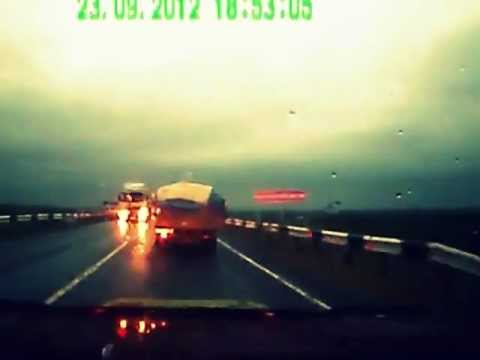 Scary Head-on Car Accident Caught on Tape [лобовая авария на регистратор]