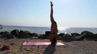 Утренняя йога не берегу моря