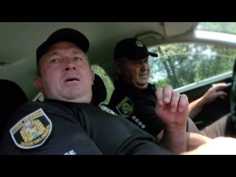 """🔥 Полицейский пытается убежать с поста! Остановил водителя и """"ДАЛ ПО ТАПКАМ!"""""""